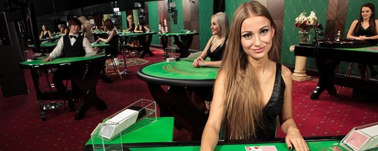 tables de blackjack avec croupier en live